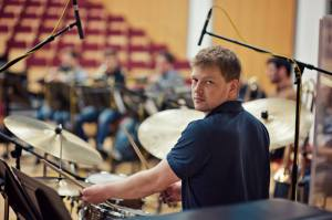 Jonathan Silk leading his Big Band from the drums (Photo © Iza Korsak)